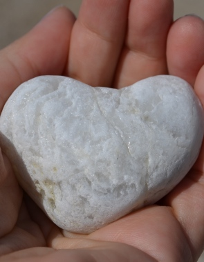 Hand, stone, heart Photo: Pixabay