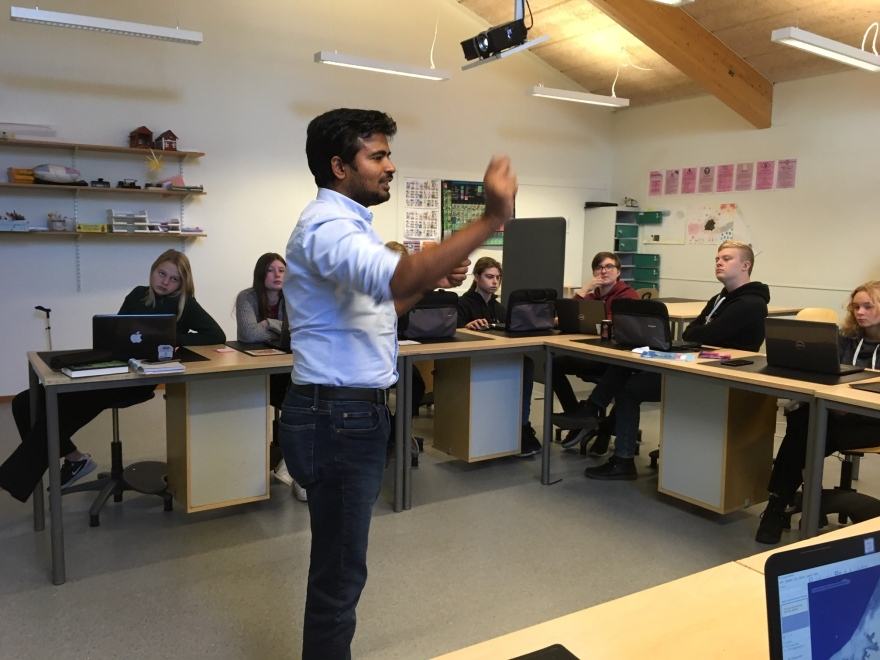 GAS-LTU Environmental Researcher Shaktiman Singh giving Kråkbergsskolan group some indications.